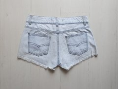 Short jeans com spikes na internet