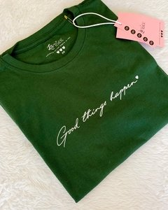 T-shirt verde Good things happen - La Idée
