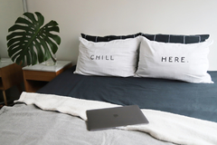 Fundas de Almohada Blanco Chill Here Negro Outlet en internet
