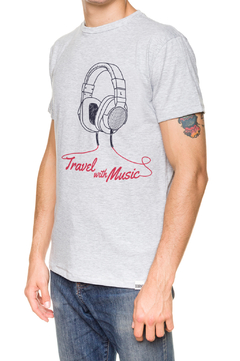 REMERA - TRAVEL WITH MUSIC - GRIS