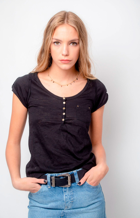 REMERA COLETTE CON BROCHES