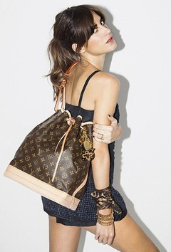 Bolsa Louis Vuitton Noé na internet