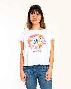 "REMERA BLANCA ""REBEL"" en internet"