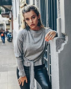 Sweater con Nudo cintura . Chain - Agustina Dominguez