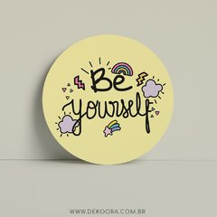 Quadro redondo com frase be yourself