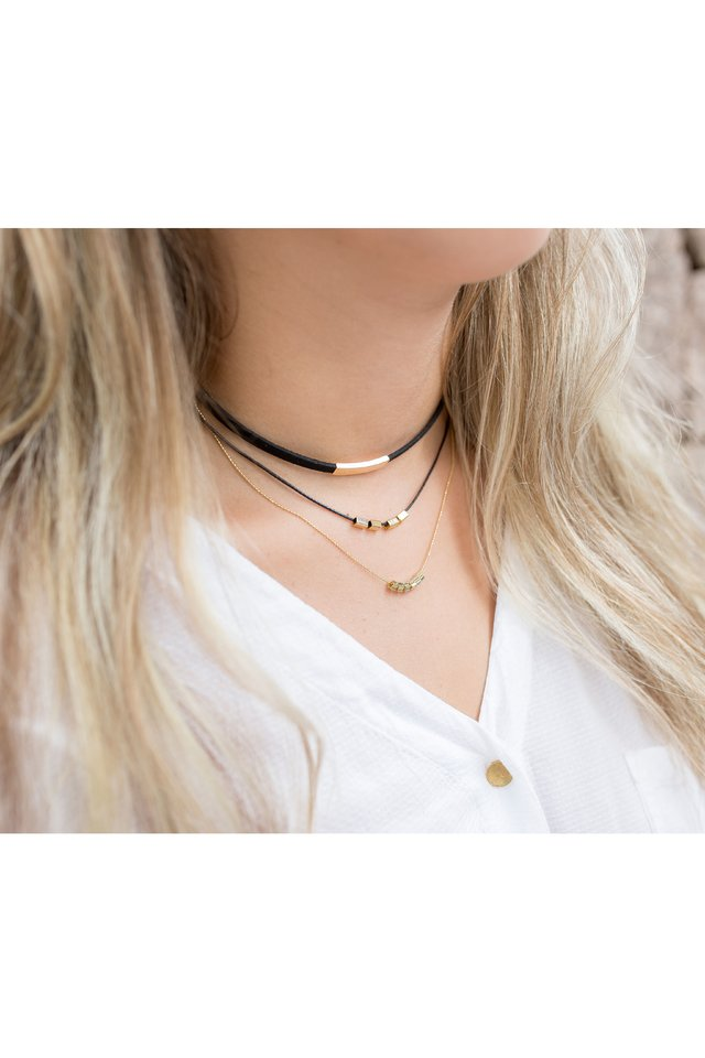 Colar Chocker Alicia Preto com Correntes Ouro na internet