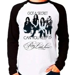 Camiseta Pretty Little Liars Got A Secret Raglan Manga Longa