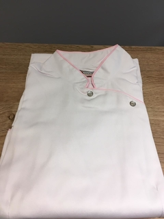 FITTED BLANCO CON VIVO ROSA