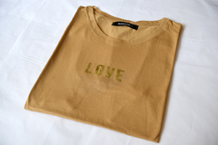 Remera LOVE ocre en internet